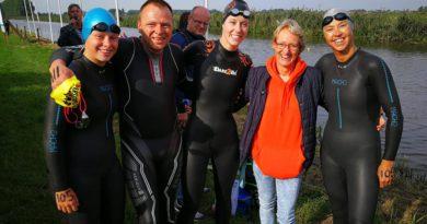 Jolanda met de vier leden van de Biesboschzwemmers die 5000m gezwommen hebben